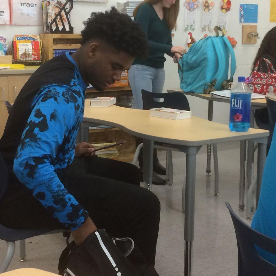 Девушка незаметно стала снимать своего одноклассника ежедневно. Фото прогремели