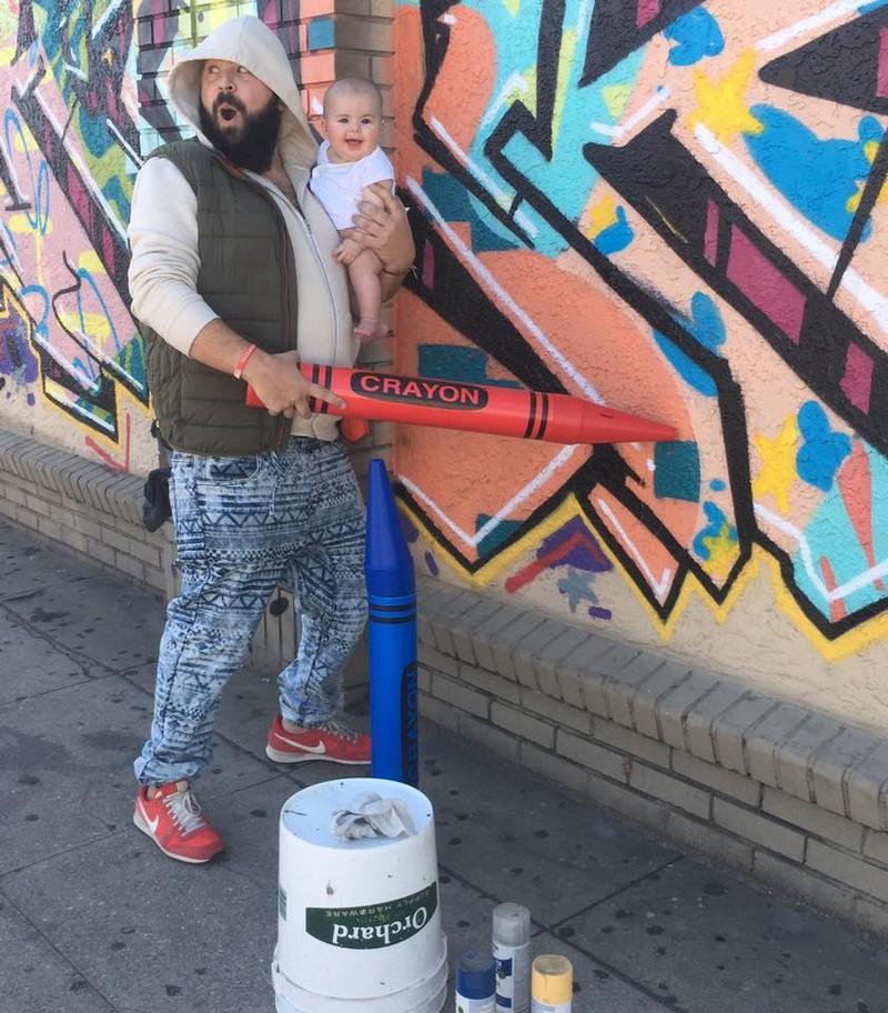Веселый папа делает забавные фото с маленькой дочерью