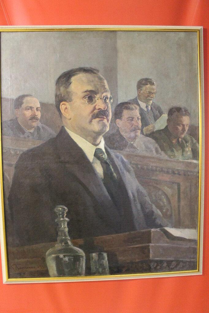 Молотов на фоне Сталина.