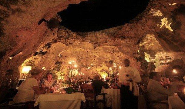 10. Пещерный ресторан Ali Barbour (Диани, Кения) В перерывах между сафари можно поужинать прямо под