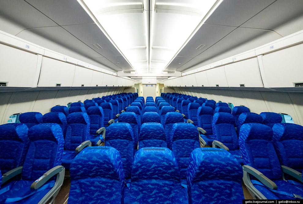 6. Экипаж самолёта состоит из трёх человек (двух пилотов и бортинженера). Ил-96 стал первым воз