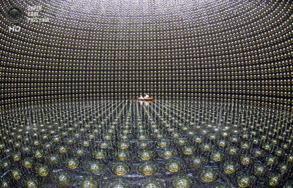 Нейтринный детектор Super-Kamiokande. (Kamioka Observatory/Institute for Cosmic Ray Research)