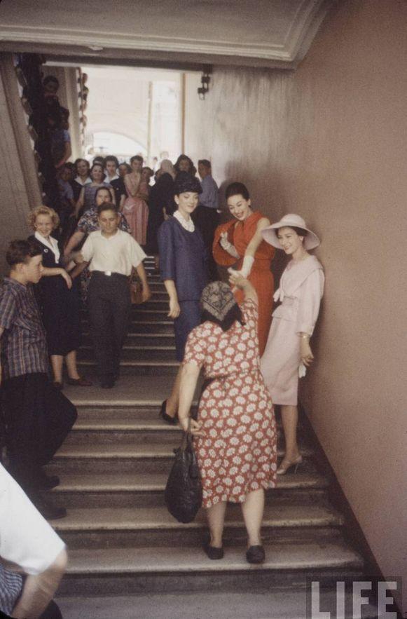 Общение с москвичами на лестнице в ГУМе.
