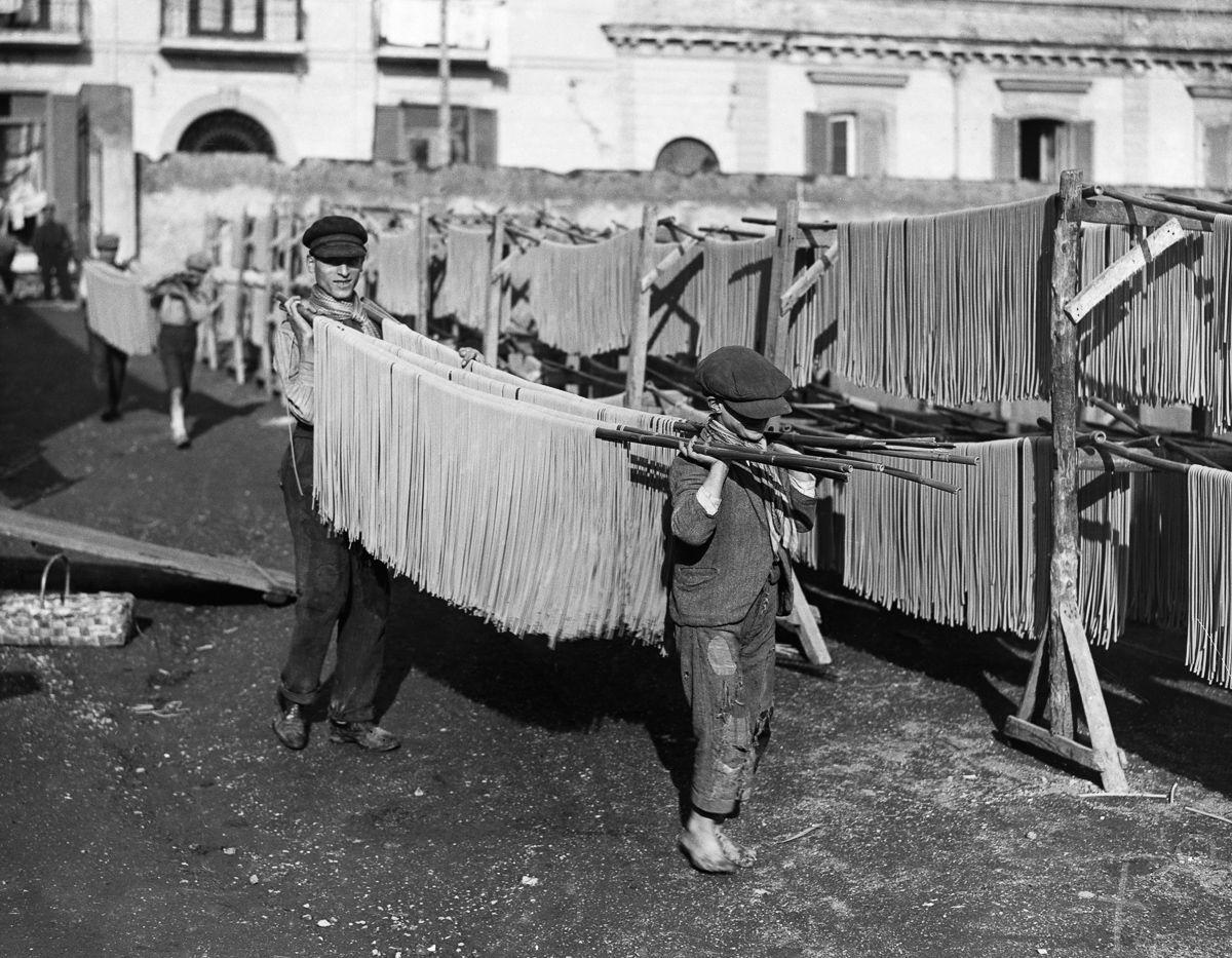 Юные фабричные работники выносят пасту сушиться во двор, 1929 год.
