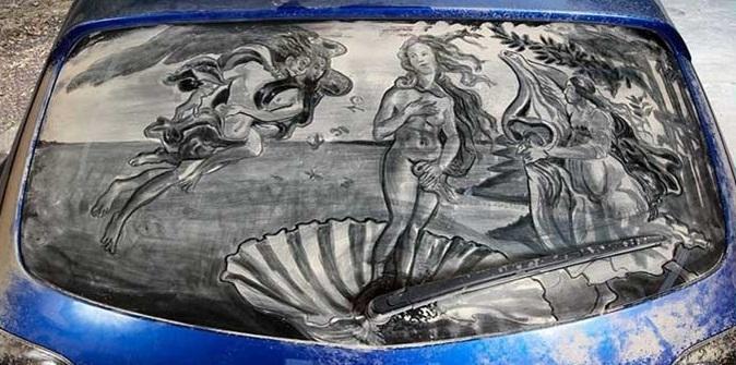 Пыльная работа: художник пишет крутые картины на грязных стеклах машин (18 фото)