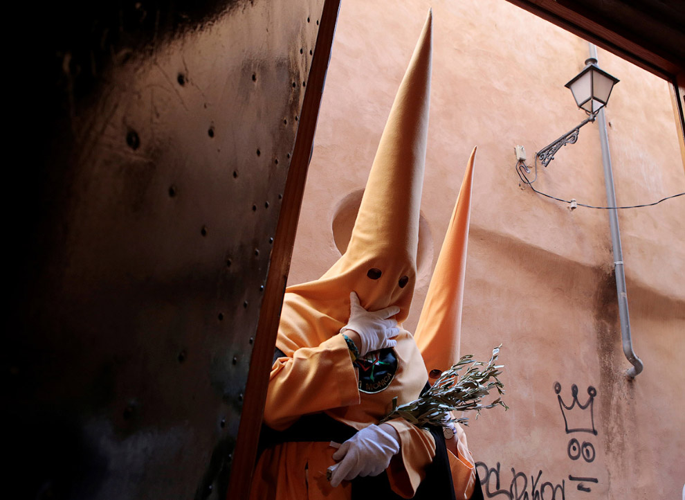 Страстная неделя в Испании или люди в колпаках (14 фото)