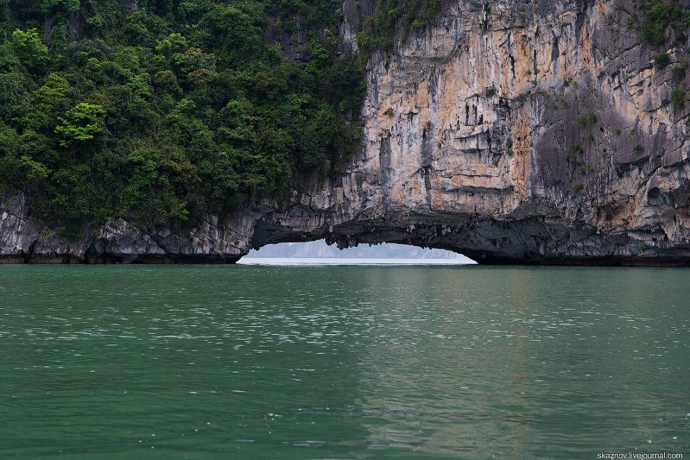 Скалы монументальны и при кажущемся однообразии непохожи друг на друга.