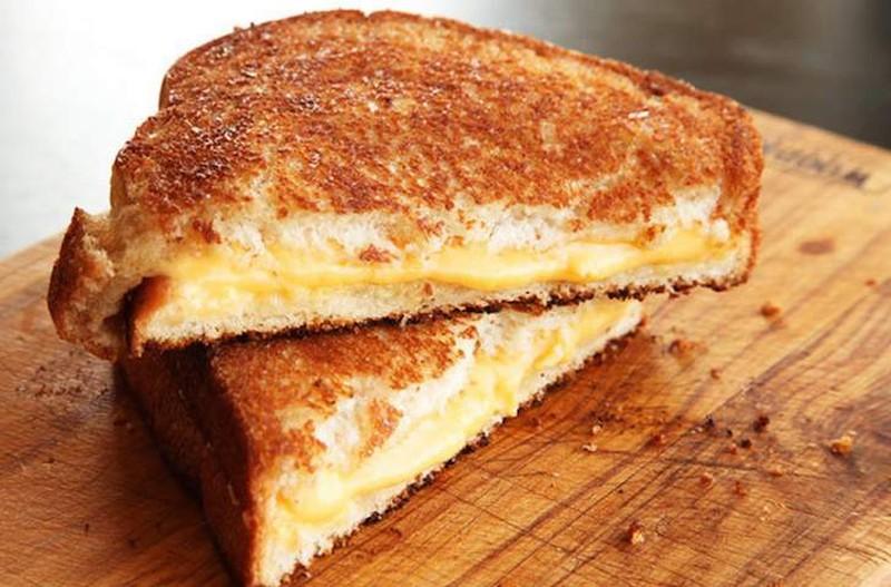 Жареный сэндвич с сыром Приготовьте 2 кусочка сэндвичного хлеба, 2 кусочка сливочного масла, 2 ломти