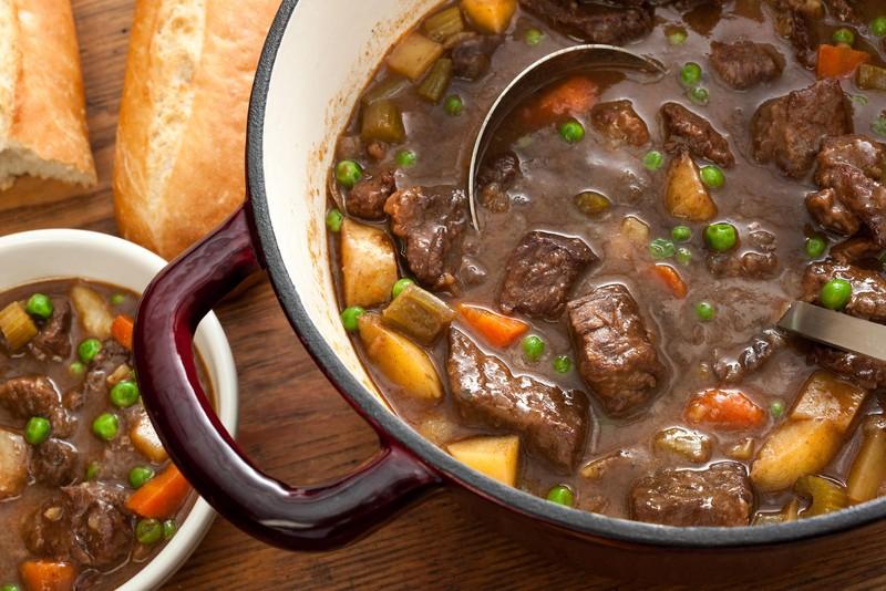 Тушеная говядина В большой миске смешайте 1/4 чашки муки, соль и перец. Очистите говядину от лишнего
