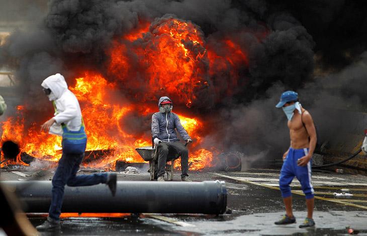 1. Многие соорудили маски против слезоточивого газа, которым полиция разгоняет особо рьяных про