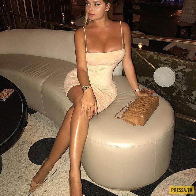 Анастасия Квитко в дырявом топе и без белья