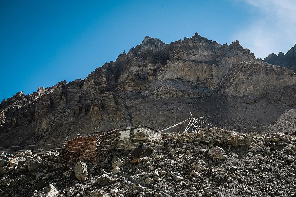 30. На горе около конечной точки туристического маршрута стоит такой полуразрушенный домик. Про него