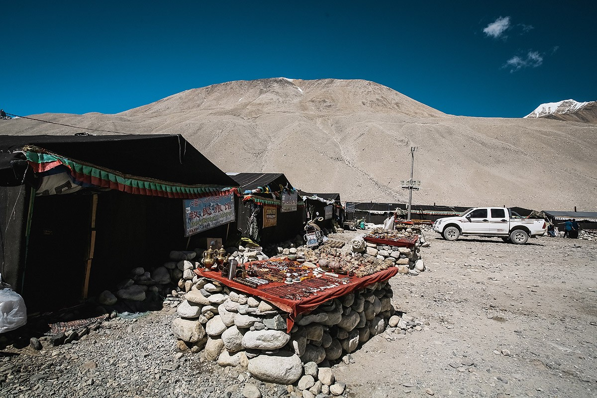 39. В базовом лагере можно приобрести традиционные сувениры. Более того, здесь располагается самое в