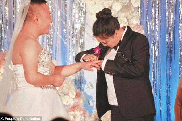 В КНР жених надел свадебное одеяние из-за страха невесты показаться толстой