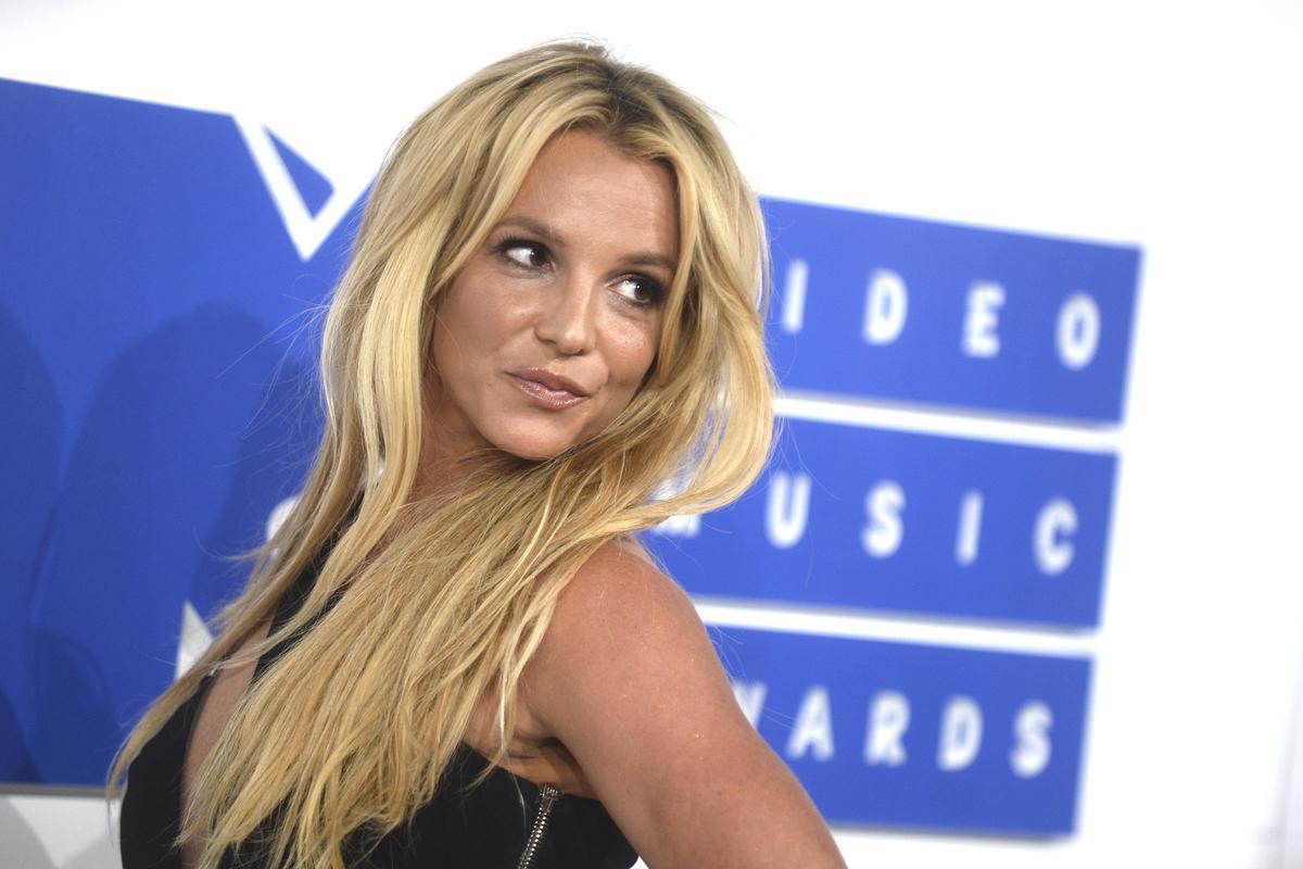 Бритни Спирс оголила грудь впроцессе концерта