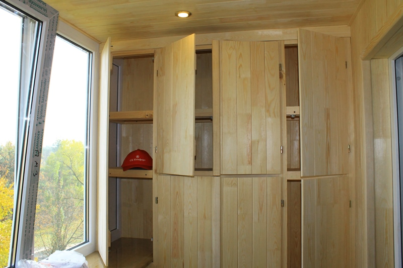 Шкафы на балкон из натурального дерева под заказ от компании.