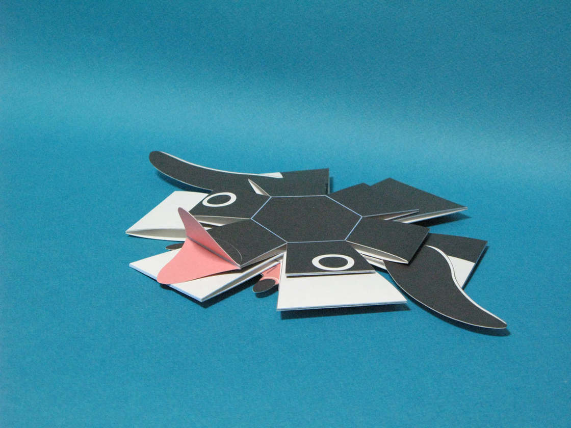 Penguin Bomb - Cet origami s'assemble tout seul quand on le jette sur le sol