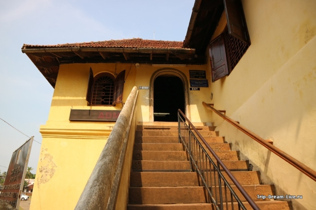 Вход в музей находится на втором этаже