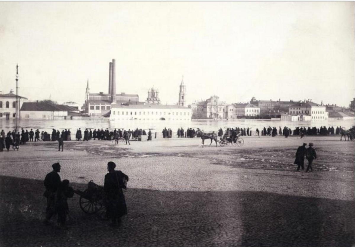 Наводнение в Москве, снято от Храма Христа Спасителя в сторону Берсеневской набережной. 1908