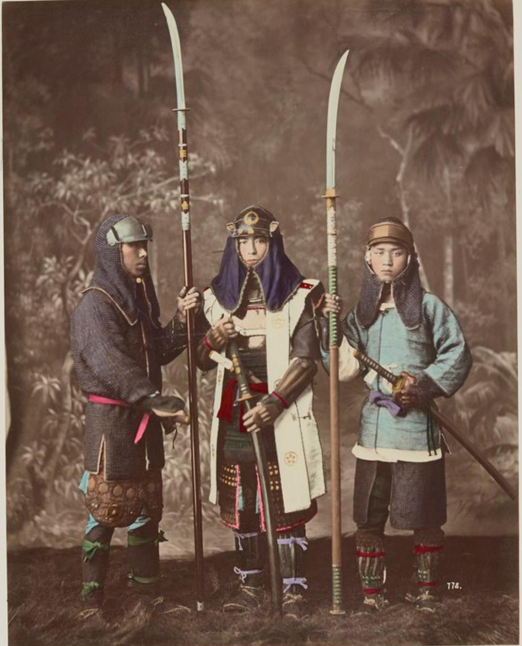 Военные в традиционной одежде