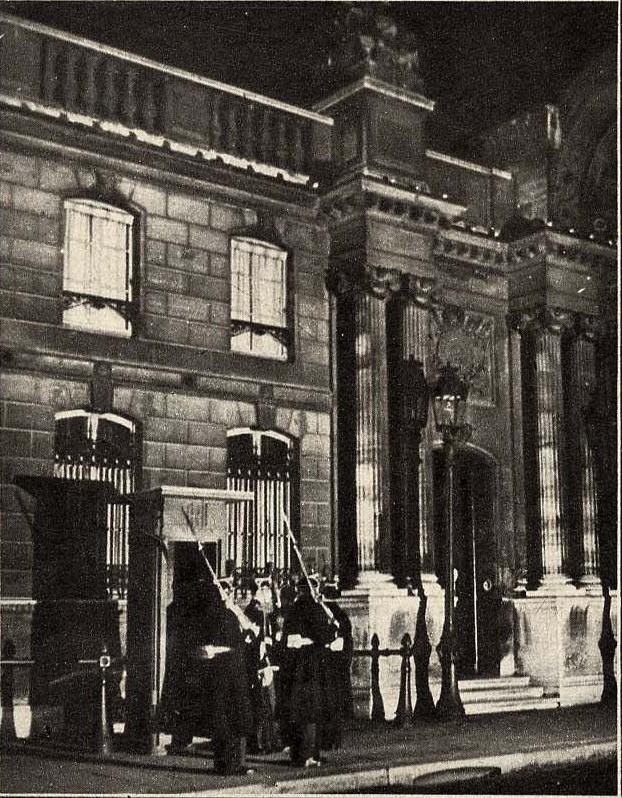 1932. Смена караула у Елисейского дворца