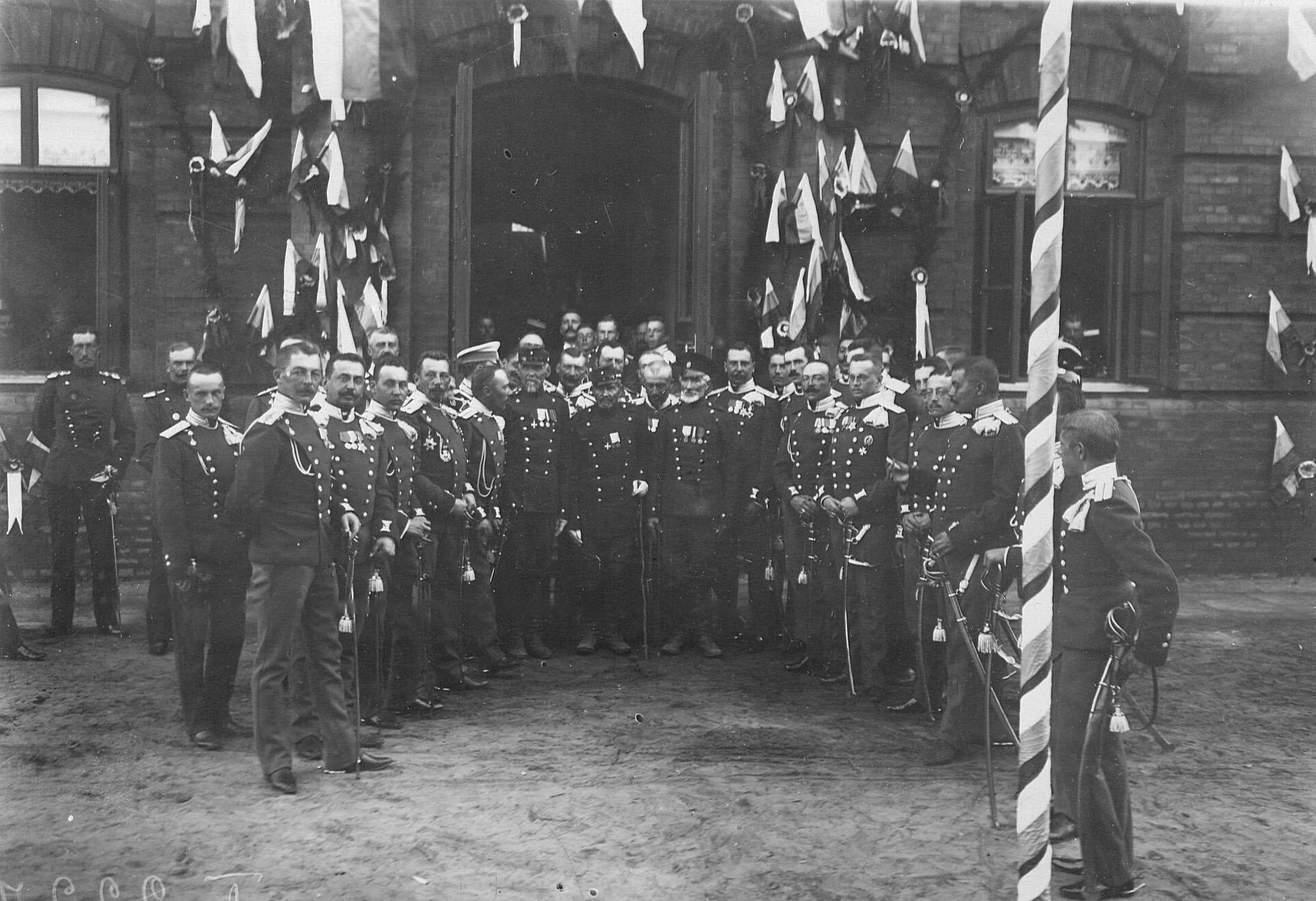 Офицеры полка с ветеранами полка, службы 1877-1878 года в день празднования 250-летнего юбилея полка