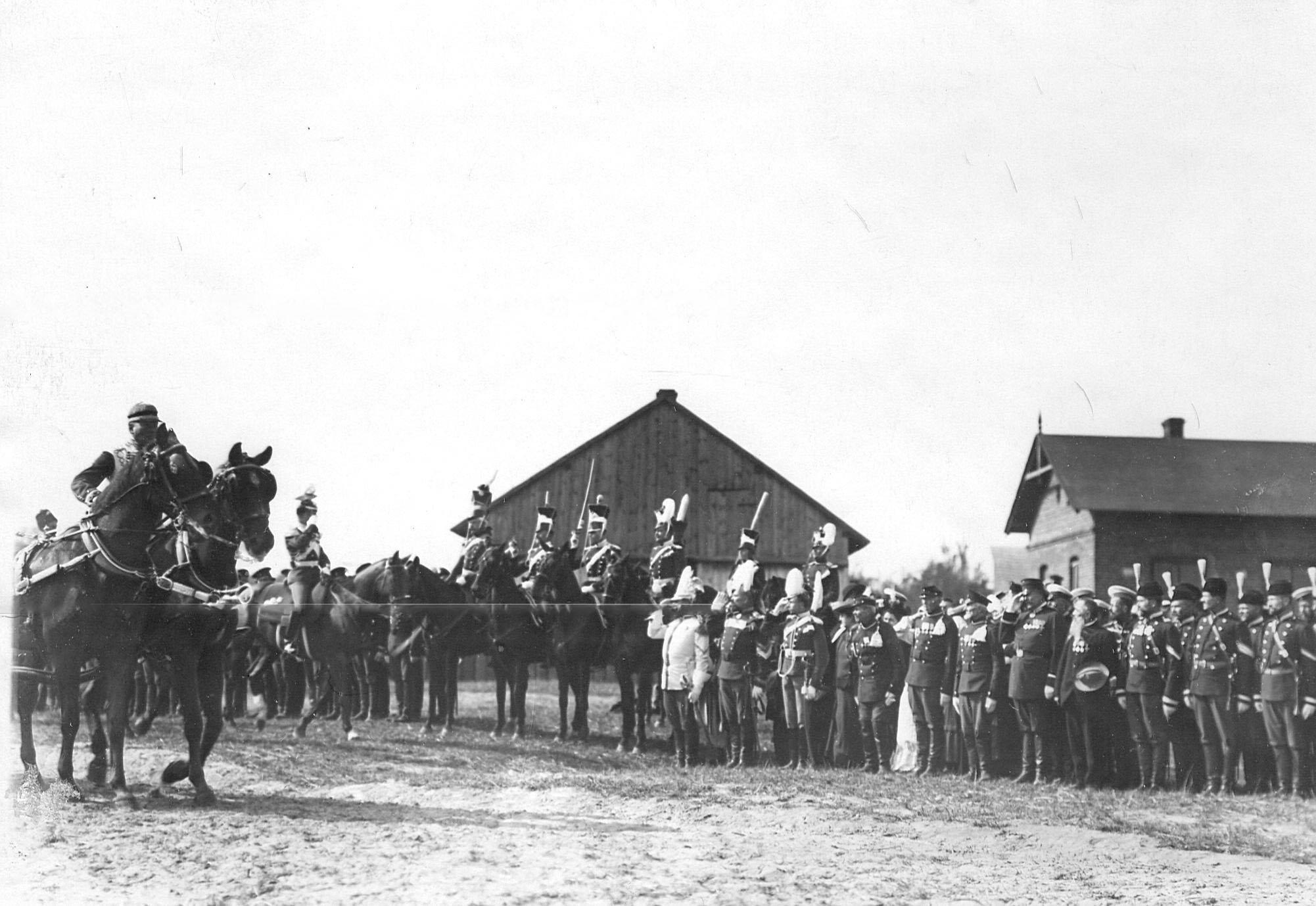 Император Николай II  объезжает полк во время парада в день празднования 250-летнего юбилея полка