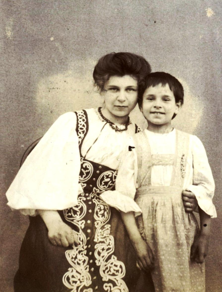 Валерия  Мяздрикова в русском сарафане и девочка. 1906