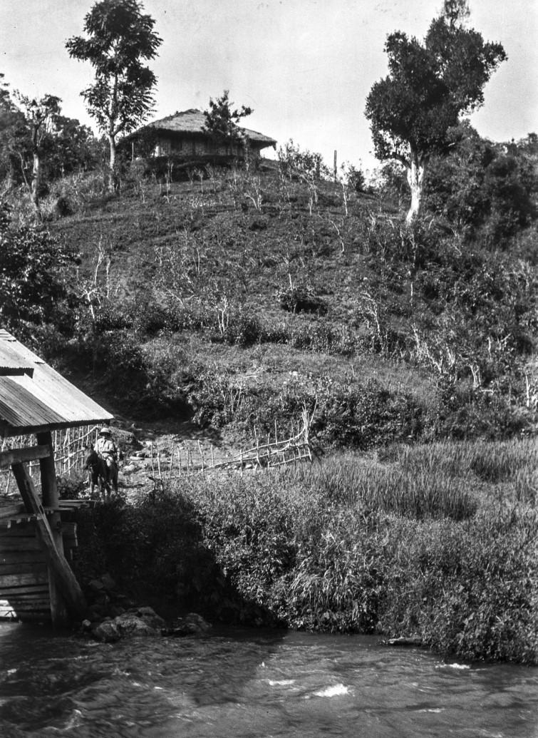 893. Нансхан. Энджо фон Эйкштедт (1893-1865) при пересечении моста