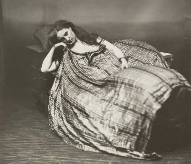 Первая фотомодель эпохи кринолинов