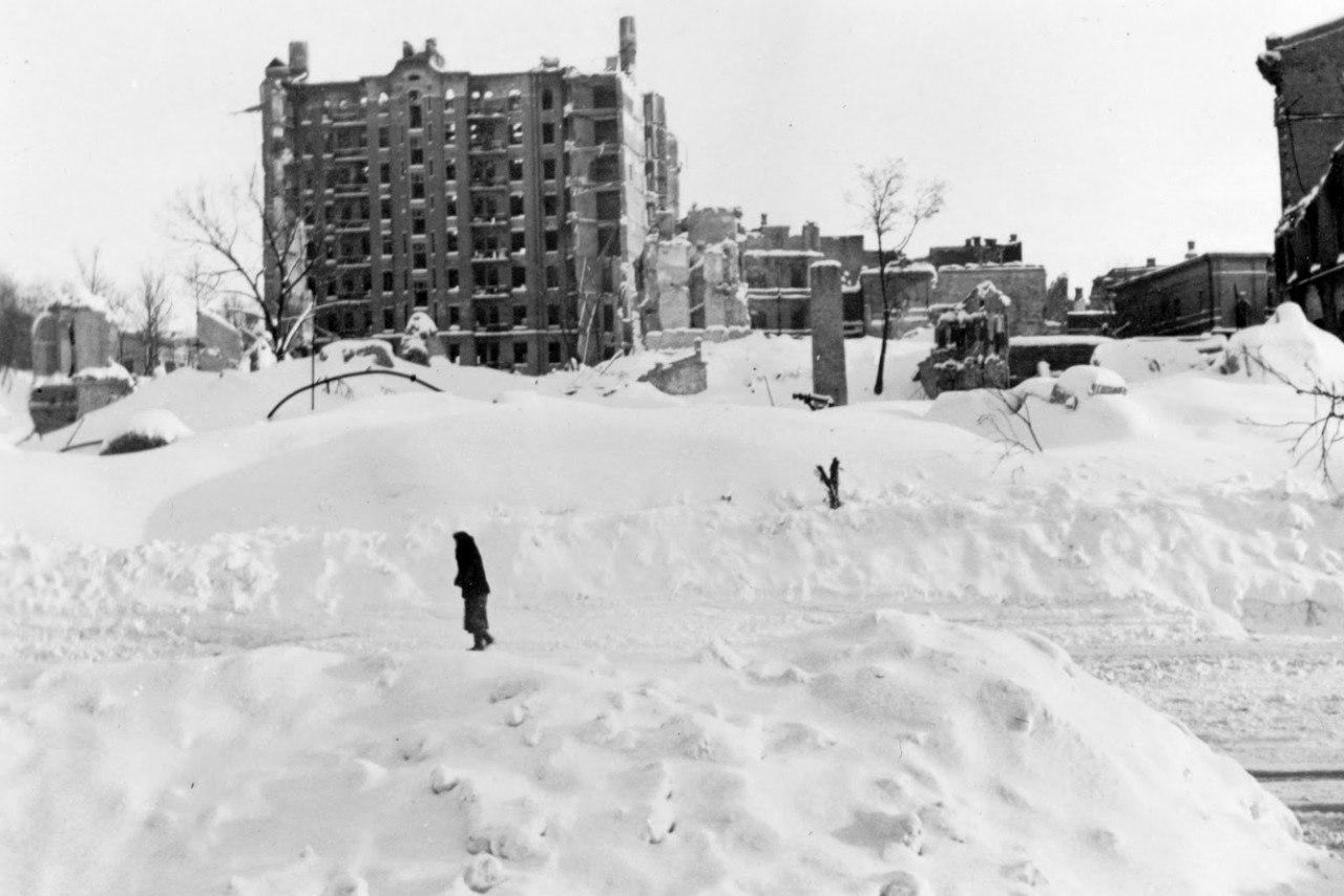 Нынешний Майдан Незалежности. На заднем плане - руины дома Гинзбурга, на месте которого после войны была построена гостиница Украина. Киев, 1942 год.
