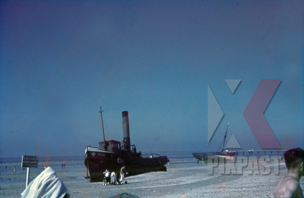 stock-photo-agrounded-ship-at-the-beach-of-trouvillesurmer-france-1940-10445.jpg