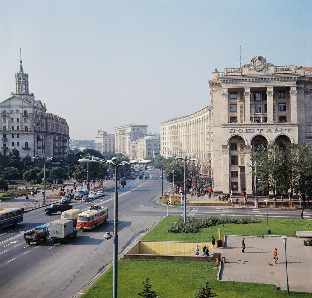 Вид на Крещатик с площади Калинина. Фото М. Барабанова, 1972 год.jpg