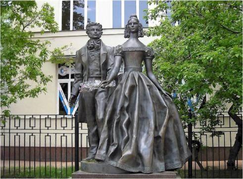 С днем поэзии! Памятник А. Пушкину и Н Гончаровой в Москве