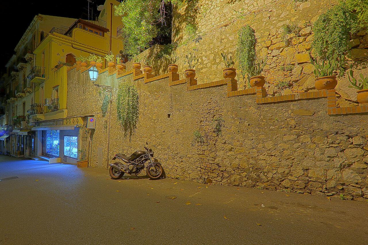Ночная Таормина. Via Dietro la Noche (HDR, extremal colors)