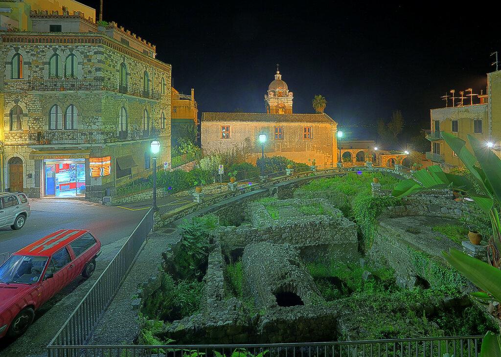 Ночная Таормина. Площадь Сан-Панкрацио, раскопки, церковь Святого Панкратия (HDR, extremal colors)