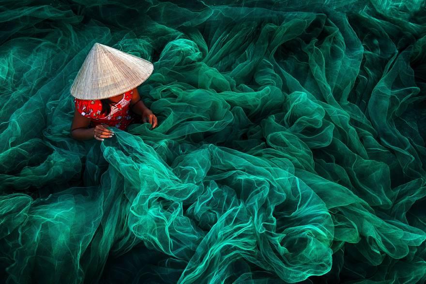 Победитель в категории «Открытый цвет» — «Изготовление рыболовной сети». В маленькой деревушке женщи
