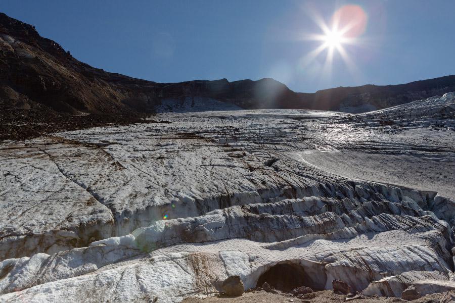 19. Под ледником тоже есть небольшие пещерки.
