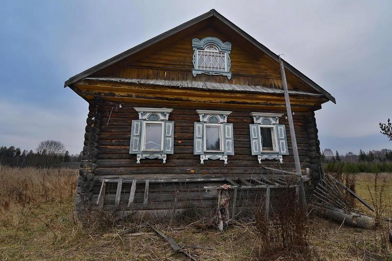 6. Следующий дом, явно дремучих годов, уже более примечательный. Интересно, что имеет наличники иден