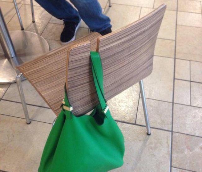 © publinews  Сумка, которая постоянно падает, когда выеевешаете наспинку стула, ужасно разд