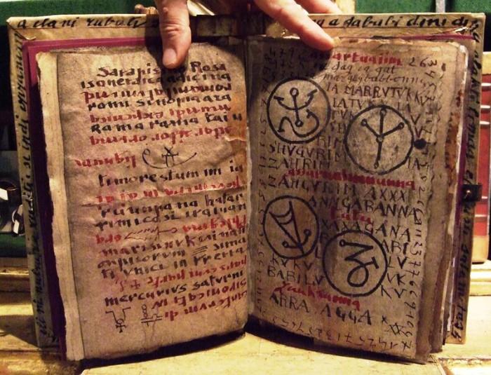 Некрономикон - книга мертвых.  Считается, что «Некрономикон» , или «Аль Азиф», (что в пере