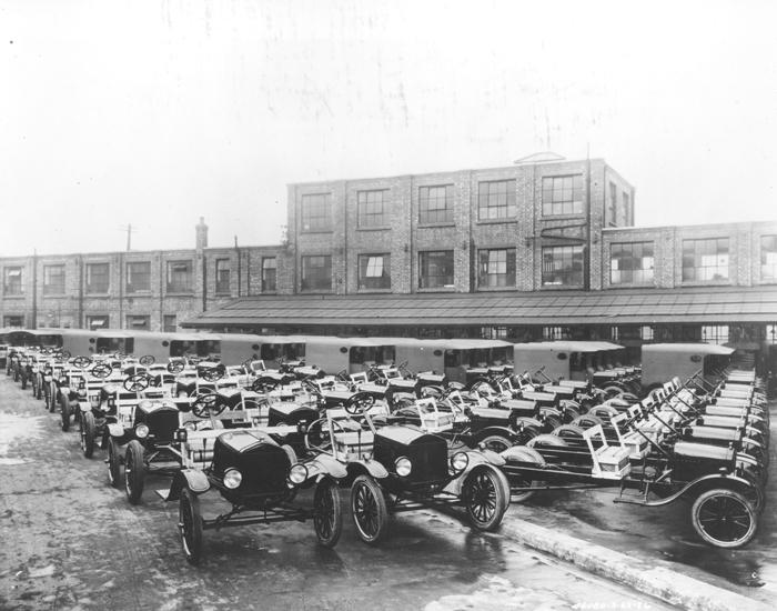 Завод в Манчестере, Англия, 1926. Model T собиралась в Англии с 1911 года, частично собранные автомо