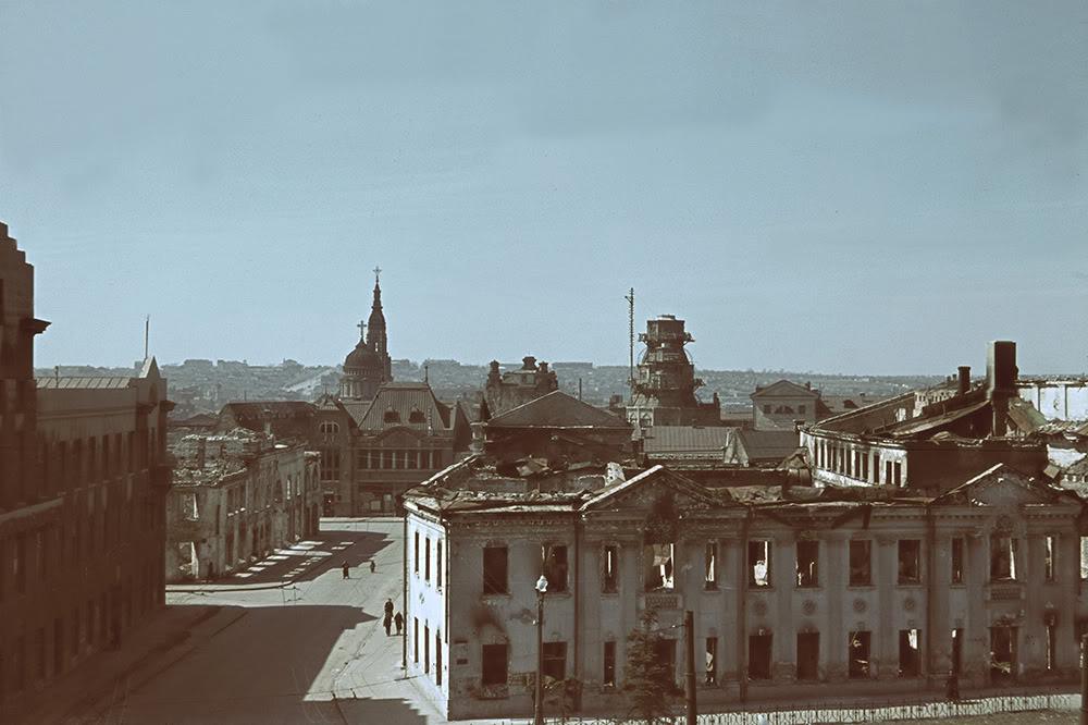 21. Поврежденные бомбардировками и артобстрелами кварталы вокруг Благовещенского собора, который, ка