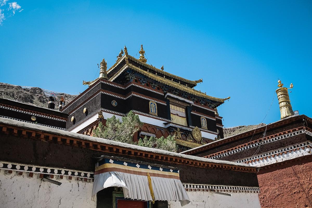 20. Сейчас Ташилунпо является резиденцией Одиннадцатого Панчен-ламы Гьялцена Норбу. Но в домах прост