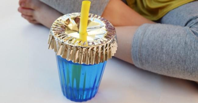 Для защиты напитков от насекомых можно использовать фольгу.