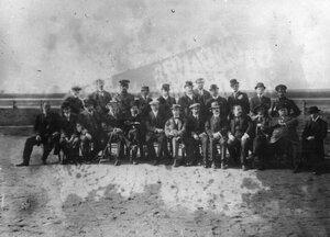 Группа членов клуба на аэродроме - 1 ряд слева второй - Лебедев В.А., четвёртый - Кузминский А.А., шестой - Ефимов М.Н., восьмой - Васильев А.А