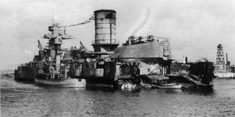 «Марат» в Кронштадте во время аварийно-восстановительного ремонта. У борта линкора буксир типа «Ижорец».