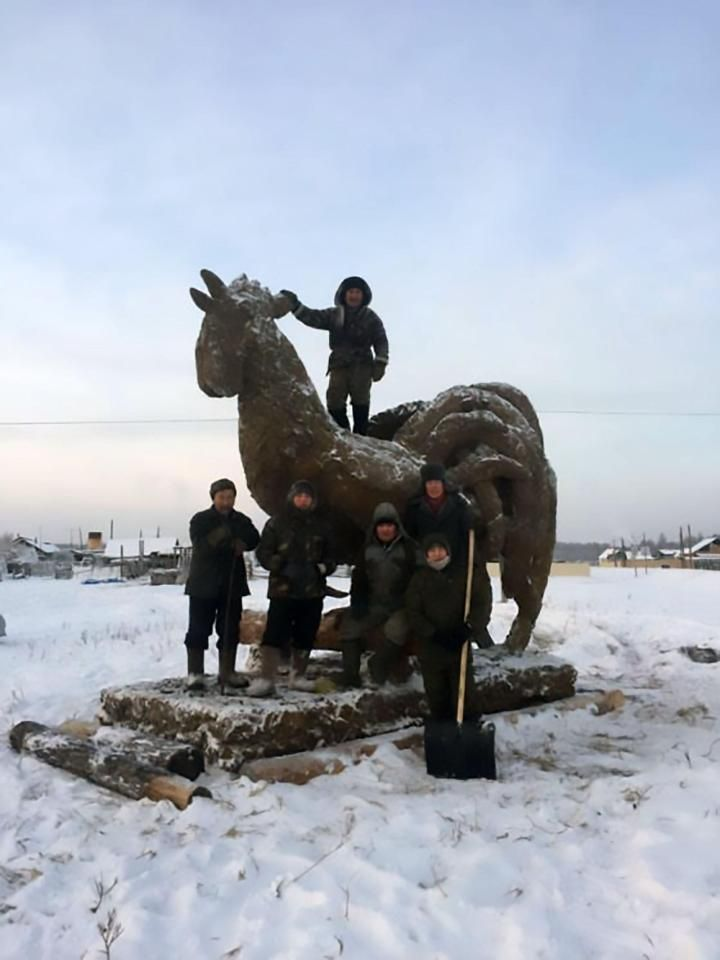 Якутский скульптор вылепил петушка из дерьма