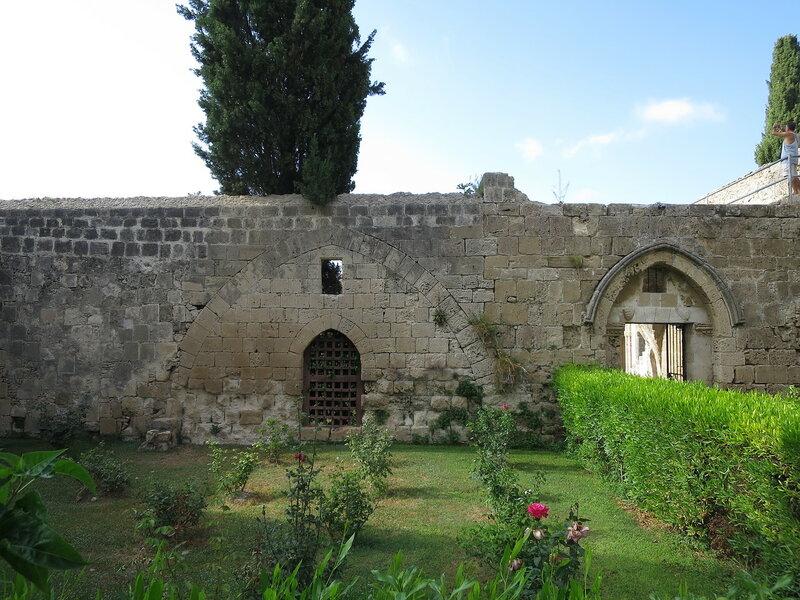 Беллапаис. Стена между внутренним и внешним дворами