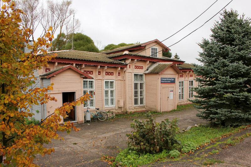 Деревянный вокзал на станции Кесова гора и ёлка
